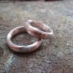 Schlichte, silberne Ringe mit einer bronzefarben Maserung.