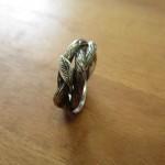 Ein Metallring der aussieht wie die Ranken einer Pflanze.