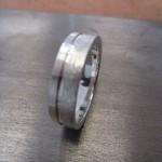 Ein silberner Ring mit einer Kerbe entlang des Rückens.