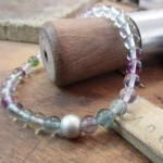 Ein blau-violette Perlenkette.