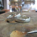 Silberne Ringe mit einer gebürsteten Textur.