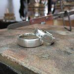 Zwei silberne Ringe. Die Front ist mit kleinen Schmucksteinchen verziert.