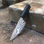 Messer mit gemaserter Klinge.