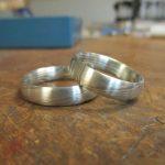 Silberne Ringe mit einer leicht dunklen Maserung.