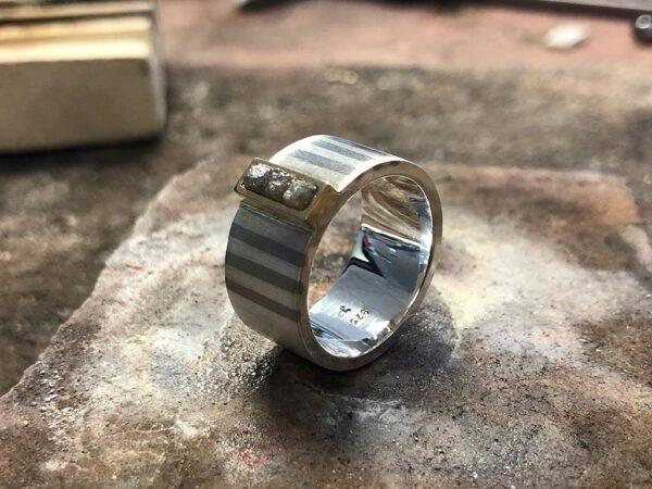 Silberring mit Palladiumeinlage und Rohdiamanten